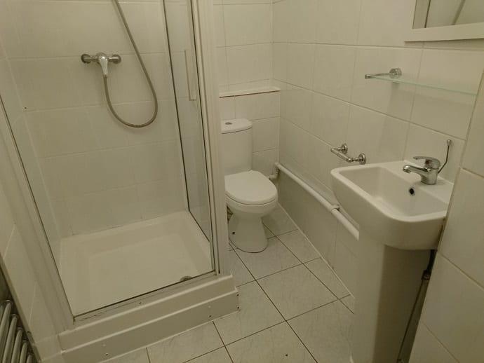 8UKS FLAT 1 SHARED BATHROOM